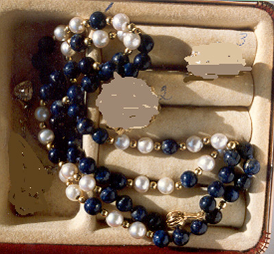 Necklace with white pearls and lapus lazulit.